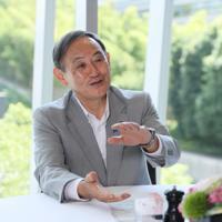 インタビューに応じる菅義偉官房長官=東京都千代田区で、吉田航太撮影
