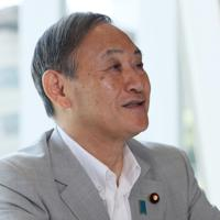 インタビューに答える菅義偉官房長官=東京都千代田区で、吉田航太撮影
