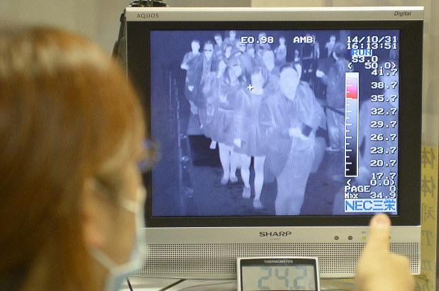エボラ出血熱感染者などの入国に備え、入国者の体温をサーモグラフィーでチェックするモニター=関西国際空港で2014年