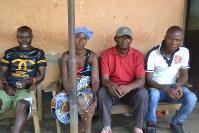 エボラ出血熱に感染したが、回復した人たち=シエラレオネ東部カイラフン地区で2015年12月1日、服部正法撮影