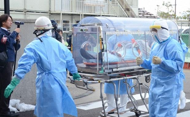 「エボラ出血熱の疑い」という想定で運ばれる患者役=新潟市中央区の新潟市民病院で2014年