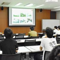 京都大大学院生命科学研究科の講義で、博士号を取得した後のキャリアパスと、博士の意義について語る中原剣さん(左奥)=京都市左京区の同大で、菅沼舞撮影