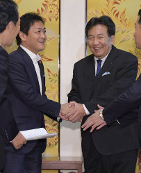 Constitutional Democratic Party of Japan leader Yukio Edano, right, and Democratic Party for the People leader Yuichiro Tamaki, left, shake hands at the Diet building in Tokyo, on Aug. 20, 2019. (Mainichi/Masahiro Kawata)