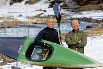 西目屋村からカヌーを広めようとしている矢沢さん(左)と木立さん=青森県西目屋村の岩木川カヌー競技場で