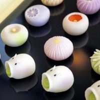 和菓子店「紅谷三宅」で人気の蚊取り豚や、秋に向けて構想中の菊の花をアレンジした上生菓子