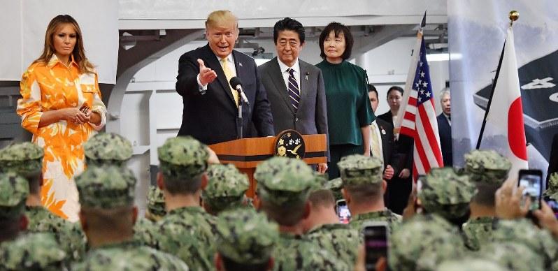 海上自衛隊の護衛艦「かが」の格納庫で、海上自衛官と在日米軍人を前に訓示するトランプ米大統領。左はメラニア夫人、右は安倍晋三首相夫妻=神奈川県横須賀市の海自横須賀基地で5月28日(代表撮影)