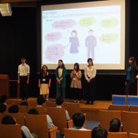 渡會教授(右)の授業では大学生も同行し、自身の思春期の経験を話す=東京電機大中学校で