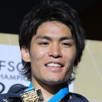 男子複合決勝で優勝して東京五輪出場が内定し、金メダルを手に笑顔を見せる楢崎智亜=東京・エスフォルタアリーナ八王子で2019年8月21日、宮武祐希撮影