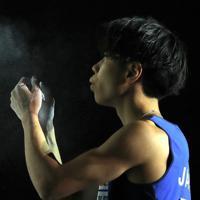 男子複合決勝のボルダリング第1課題を攻める前に息を吐く原田海=東京・エスフォルタアリーナ八王子で2019年8月21日、宮武祐希撮影
