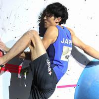 男子複合決勝のボルダリング第3課題を攻める楢崎明智=東京・エスフォルタアリーナ八王子で2019年8月21日、宮武祐希撮影