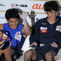 男子複合決勝を制して弟の楢崎明智(右)と笑顔を見せる楢崎智亜=東京・エスフォルタアリーナ八王子で2019年8月21日、宮武祐希撮影