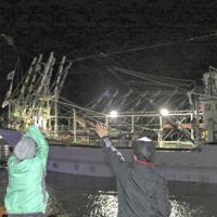 家族らに見送られて出漁するサンマ棒受け網漁船の大型船=根室市の花咲港で2019年8月20日午前0時28分、本間浩昭撮影