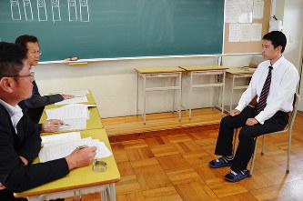 模擬面接で質問に答える生徒(右)=三重県伊賀市の伊賀白鳳高で