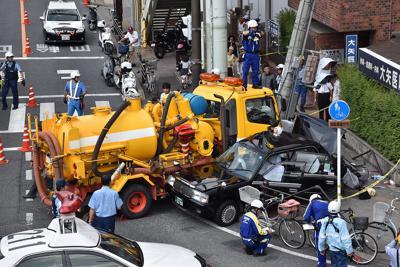 衝突したタクシーと道路清掃車=京都市南区で2019年8月21日10時18分、添島香苗撮影