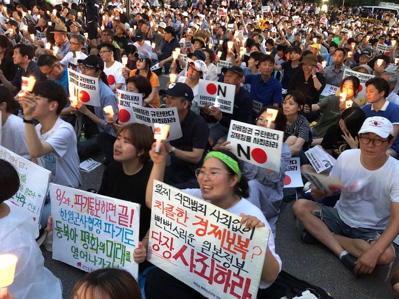 在韓日本大使館近くで開かれた安倍政権糾弾集会(ソウル)