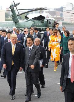 トランプ米大統領(左)の要求に応じる形で調達した装備の運用が問われる(神奈川県横須賀市の海上自衛隊横須賀基地で5月28日)