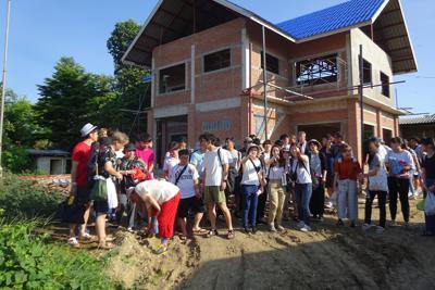 社会福祉法人グローの北岡賢剛理事長らの取り組みに賛同した日本政府の援助で、村に初めてのデイケアセンターが建設されている=タイ・カオディーン村で7月17日、野沢和弘撮影