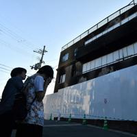 放火殺人事件の現場となった「京都アニメーション」第1スタジオには今も多くの人が訪れている=京都市伏見区で2019年8月17日午後5時34分、小松雄介撮影