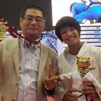 昨年の世界選手権で優勝した阿部詩(右)と一緒に記念撮影する松本純一郎監督=松本監督提供