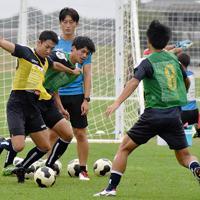 シーズン後半に巻き返そうと、練習する松江シティFCの選手たち=鳥取県境港市で、鈴木周撮影