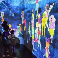 来場者がデザインした妖怪がスクリーンの中を動き回ることで人気の「妖怪遊園地」=広島県三次市三次町の日本妖怪博物館で、池田一生撮影