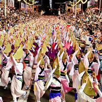 阿波踊り開幕日に、2年ぶりに演舞場で復活した総踊り=徳島市で2019年8月12日、猪飼健史撮影