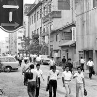駅近くにあった予備校。夏休みの時期でも多くの予備校生でにぎわっていた=1967年8月3日撮影