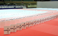 A 600-meter-long chain of 2,019 posters created to promote the World Judo Championships is seen at the Nippon Budokan in Tokyo's Chiyoda Ward on Aug. 21, 2019. (Sponichi)
