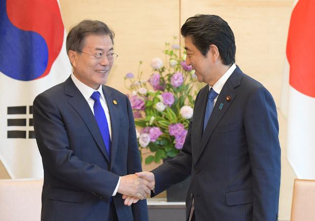 5月の日中韓サミットで安倍晋三首相と会談する文在寅大統領