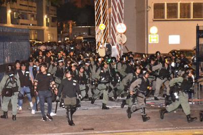 デモ隊を強制排除するため、重装備で警察署から出動する警察官ら=香港・観塘地区で2019年8月5日、福岡静哉撮影