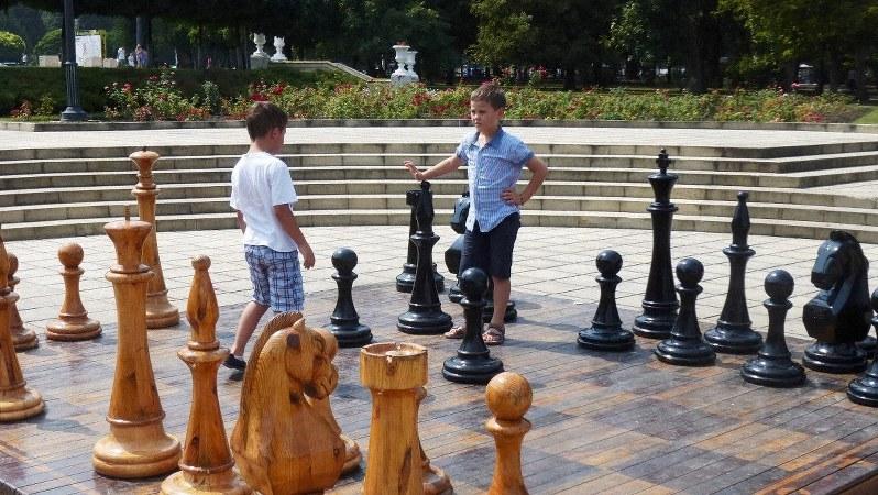 広場に置かれた巨大なチェス盤で遊ぶ子どもたち(写真は筆者撮影)