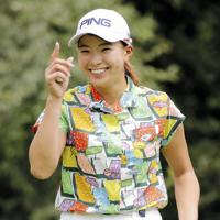 女子ゴルフNEC軽井沢72の最終日、ラウンド中に笑顔を見せる渋野日向子。通算13アンダーで3位だった=18日