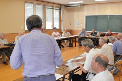 洋上風力発電について学ぶ「能代山本洋上風力発電を考える会」のメンバーら=秋田県能代市で