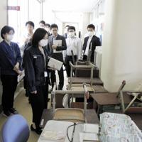 双葉町の小学校を視察する町の新入職員ら=福島県双葉町提供