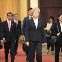 中国の李克強首相との会談に臨む韓国の康京和外相(中央)と河野太郎外相(左から2人目)=北京の人民大会堂で22日、AP