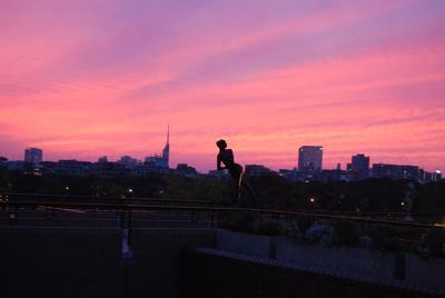 福岡市美術館の2階屋外広場から見た福岡市の夕焼け