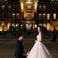東京駅を背景に結婚写真を撮る夫婦=東京都千代田区で2019年、佐々木順一撮影