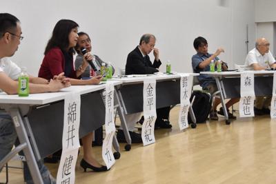 「表現の不自由展・その後」の中止問題について意見を述べるパネリストら=東京都文京区で2019年8月22日午後9時2分、待鳥航志撮影