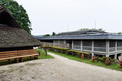 建て替え、拡充が検討されている和歌山県立紀伊風土記の丘資料館。左は古墳時代の復元住居=和歌山市で、山成孝治撮影