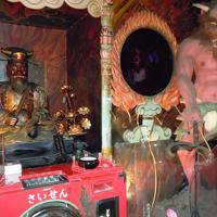 エンマ様と三つ目の鬼。小さい子どもは泣き出すかもしれない=大阪市平野区平野本町4の全興寺・地獄堂で、中川博史撮影
