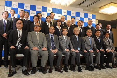 全固体電池の共同研究に参画する自動車や素材などの大手幹部ら=東京都内で2018年6月、竹地広憲撮影