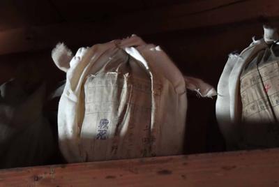 納骨堂に納められた上田靖治さんの骨つぼ(中央)=大阪市天王寺区で2019年8月11日、平川義之撮影