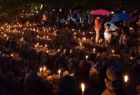 Worshippers are seen offering candles at the thousand light commemoration ceremony at Adashino Nenbutsu-ji temple in Ukyo Ward, Kyoto, on Aug. 23, 2019. (Mainichi/Ai Kawahira)