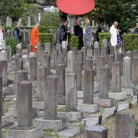 毎年10月、墓地では「秋季慰霊祭」が執り行われている=大阪市天王寺区の旧真田山陸軍墓地で2018年10月27日、平川義之撮影
