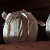 旧真田山陸軍墓地の納骨堂に納められた上田靖治さんの名が記された骨つぼ(中央)。NPO法人「旧真田山陸軍墓地とその保存を考える会」が納骨堂内の調査を行い、1つ1つの骨つぼについての詳細を電子データ化した結果などから靖治さんの関係者が見つかった=大阪市天王寺区で2019年8月11日、平川義之撮影