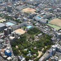 大阪の市街地の一角にある旧真田山陸軍墓地(手前)=大阪市天王寺区で2019年7月17日、本社ヘリから平川義之撮影