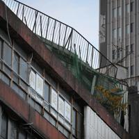 映画の中でも再現されている老朽化が目立つ「代々木会館」。既に解体に向けた工事が始まっている=東京都渋谷区で2019年8月11日、手塚耕一郎撮影