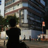 連日大勢の映画ファンが訪れている「代々木会館」。既に解体に向けた工事が始まっている=東京都渋谷区で2019年8月11日、手塚耕一郎撮影