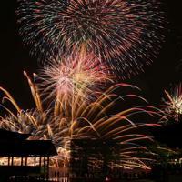 次々と海上で打ち上げられる花火=広島県廿日市市で2019年8月24日午後7時45分、山田尚弘撮影(長時間露光)