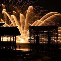 次々と海上で打ち上げられる花火=広島県廿日市市で2019年8月24日午後7時42分、山田尚弘撮影(長時間露光)